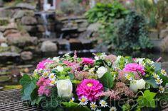 #Blumenkranz #Hochzeitsdeko, #Tischdekoration Blütenkranz, mit Kamille, Dahlien in Pink, Bupleurum, weißen Rosen, Sedum, Astilbe und Efeu