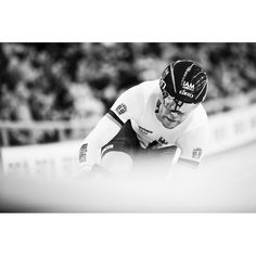 An action packed afternoon session saw the #omnium flying lap. @iam_cycling @bioracerspeedwear #supersaturday @trackworlds @uci_cycling @britishcycling @rouleurmagazine @simpson_mag @conquistacc @pelotonmagazine @sprintcycling @soigneurs #twc2016 #cyclingimages #cyclingphotos by cauldphoto