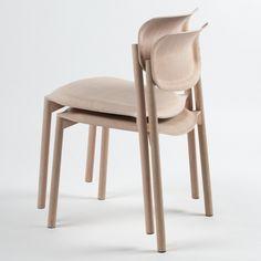 Esta silla, usando madera contrachapada moldeada tridimensionalmente, logra una estabilidad por medio de la deformación de sus piezas. No necesita más que unas cuantas piezas y unos cortes en CNC para poder darle la forma final a la silla.