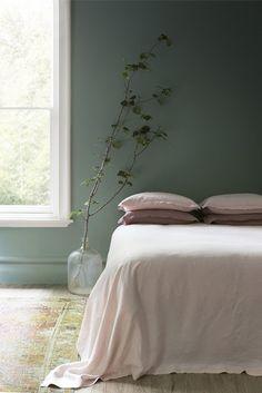 linge de lit rose sur mur vert de gris Est Living via Nat et nature                                                                                                                                                                                 Plus