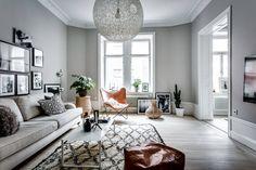 In dit monochrome interieur vormt de cognackleurige vlinderstoel het centrepiece. En met een klassiek item als deze, is dat alles behalve een straf.