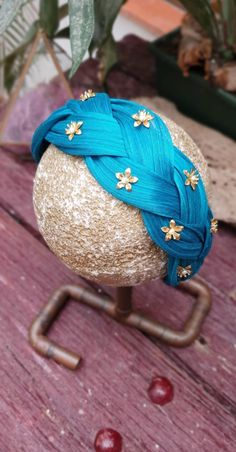 Braided sinamay headband made by hand and decorated with bronze toned stars. Contact us to customise yours! Baby Turban, Turban Headbands, Bandanas, Girls Dollhouse, Mexican Fashion, Millinery Hats, Bronze, Handmade Headbands, Mother Of The Bride