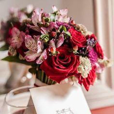 Ramo de novia en rojo y rosa. Rosas,alstroemerias hipericum...