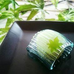 こちらは塩瀬の上生菓子「清流」。求肥もしくは羊羹(その年により違う)を錦玉羹で包んだものです。お饅頭が有名ですが、上生菓子や最中、羊羹も塩瀬の人気を支えています。