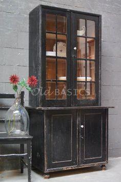 Buffetkast 10007 - Karaktervolle brocante houten kast, zwart van kleur. De kast heeft een prachtige geleefde look en geschuurde randen. Achter de vitrine deuren met latjes drie vaste legplanken. De kast bestaat uit twee delen.