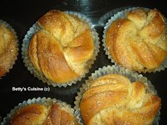 Betty's Cuisine: Bullar –Τσουρεκάκια εκ Σουηδίας! Greek Sweets, Greek Desserts, Greek Recipes, Sweet Buns, Sweet Pie, Sweet Bread, Greek Cookies, Cake Recipes, Dessert Recipes