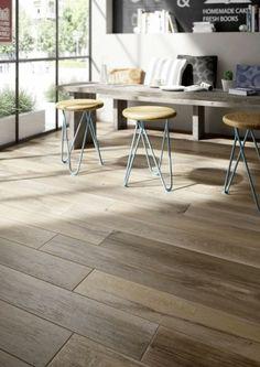 carrelage aspect parquet, grande table en bois et tabourets