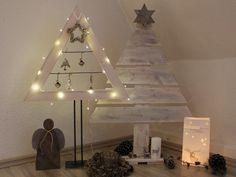 **Weihnachtsbaum aus weiß lasiertem Palettenholz**  Der rechts im Bild zu sehende Baum ist aus weiß lasiertem aufbereitetem Palettenholz gefertigt. Auf der Spitze trägt er einen kleinen braunen...