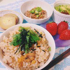いちご煮ご飯といちご 今日の夜ご飯は『いちご煮ご飯』だよー♡ 〜〜いちご煮とは〜〜 私の地元、青森県八戸市の郷土料理の1つ。  雲丹と鮑のだし汁に、塩とお醤油で味付けをしたシンプルなお吸い物!  それを今回はご飯にしちゃいました!(๑´ڡ`๑)  めーっちゃうまうま!  関東でも、こーやって地元料理を食べて、ゆったりする時間はとっても癒されます!✨ いちご煮ご飯とかけて、フルーツの苺も いっただきまーす♡  #八戸市 #青森県 #郷土料理 #地元 #いちご煮 #三陸 #雲丹 #鮑 #ウニ #アワビ #手作り #お家 #夜ご飯 #いちご #苺 #instacook  #instagood  #instapic
