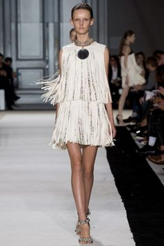 The Top 10 Trends of Spring The Ultimate Fashion Week Cheat Sheet – Vogue - Giambattista Valli Trend: Fringe Paris Fashion, Runway Fashion, Spring Fashion, High Fashion, Fashion Show, Fashion Looks, Fashion Design, 2015 Fashion Trends, 2015 Trends