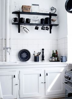 The white colour for kitchen cabinet is literally the great choice for you that always love to change the decoration for their kitchen area. There are two kinds of ways to decorate your white kitchen cabinets, this is 15 of ideas for your inspirations. Kitchen Interior, Kitchen Decor, Kitchen Design, All White Kitchen, New Kitchen, Casa Patio, Black And White Interior, Black White, Cuisines Design