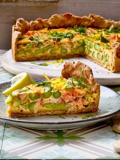 Im #Frühling schmeckt uns diese #Quiche mit grünem #Spargel und Lachs unglaublich gut! Ideal auch für Gäste!
