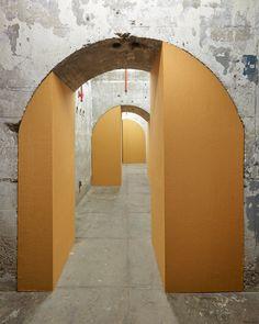 """Gabriel Sierra, Untitled (o(op(ope(open)pen)en)n), vista de instalación de la muestra """"Gabriel Sierra: Numbers in a Room"""", en el SculptureCenter, Nueva York, 2015. Cortesía del artista y kurimanzutto, México. Foto: Kyle Knodell"""