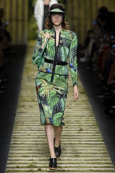 The complete Max Mara Spring 2017 Ready-to-Wear fashion show now on Vogue Runway. Max Mara, Fashion 2017, Fashion Show, Fashion Design, Botanical Fashion, Tropical Outfit, Milano Fashion Week, Fashion Fabric, African Fashion