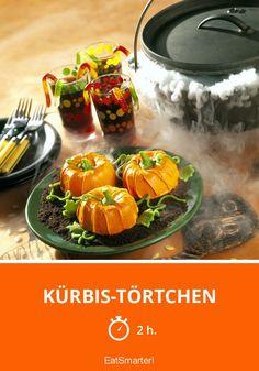 Kürbis-Törtchen - smarter - Zeit: 2 Std.   eatsmarter.de Pumpkin Cake Recipes, Pumpkin Cakes, Halloween Backen, Orange Food Coloring, Mini Pumpkins, No Sugar Foods, Toasted Pecans, Baking Cups, Food Shows