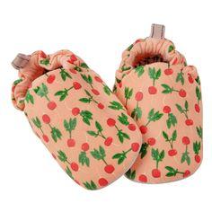 Τα παπουτσάκια Poco Nido είναι η τέλεια λύση για τα πρώτα βήματα του βρέφους.  Είναι ελαφριά και ταυτόχρονα προσφέρουν φυσική προστασία.  Βοηθούν το παιδί να έχει άμεση επαφή με το έδαφος.  Τα παπουτσάκια είναι ζωγραφισμένα στο χέρι από μη τοξικά υλικά.  Έχει suede πάτο ώστ Baby Shoes, Babies, Kids, Young Children, Babys, Children, Baby Boy Shoes, Kid, Baby