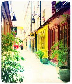 Passage Molière - 157 rue Saint-Martin / 82 rue Quincampoix 75003 PARIS - Métro : Rambuteau (ligne 11) et Étienne Marcel (ligne 4). C'est l'un des endroits les plus bucoliques de Paris avec sa végétation et son petit côté confidentiel.  Sur moins de 50 mètres, cette petite allée piétonne renferme une boutique d'antiquité, une galerie d'art, un théâtre et deux restaurants avec terrasse sur le pavé. http://pietondeparis.canalblog.com/archives/2010/08/27/18909282.html