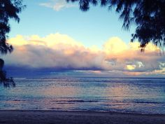 Pratique au lever de soleil... Aie ca tire partout le corps n'est pas aussi detendu qu'en fin d'apres midi...mais quel bien d'être juste là. L'energie est plus calme et plus douce  #yoga #ashtangayoga #ashtanga #yogaeverydamnday #yogalove #yogaeverywhere #yogabeach #yogagirl #islandlife #ocean #yoga974 #angeliquecarteryoga #lareunion #iledelareunion #reunionisland #sunrise #sweet #clouds #sky by angeliquecarteryoga