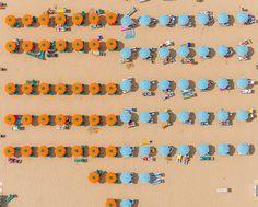 Le photographe Allemand, Bernhard Lang nous invite en stations balnéaires sur la côte adriatique en Italie, entre Ravenne et Rimini par cette série de photographie aérienne.