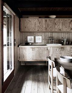 〈〈The Thatch House〉〉ダイニングルームには有名なデンマークの建築家がデザインした松のテーブルと、ボーエ・モーエンセンの椅子が並ぶ(写真 WICHMANN + BENDTSEN)