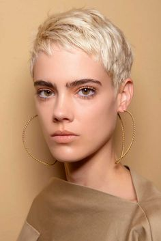 10 Short Haircuts Fall-Winter - - New Ideas Curly Hair Cuts, Medium Hair Cuts, Short Hair Cuts, Curly Hair Styles, Messy Bob Hairstyles, Short Pixie Haircuts, Marie Claire, Trending Haircuts, Cara Delevingne