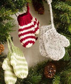 Selbstgemachter Christbaumschmuck: gestrickte Mini-Handschuhe Idee / DIY christmas ornaments