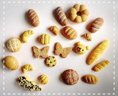 こんな物も、焼き上がってますよー♡ポリマークレイ、軽量粘土、紙粘土を使ってます😊 #粘土 #ポリマークレイ #紙粘土 #軽量粘土 #粘土遊び #ハンドメイド #楽しい #パン #ミニチュア #ミニチュアパン #パン屋さんごっこ #子供と #clay #airdryclay #polymerclay #paperclay #fun #withkids #miniture #miniturefood #playbakery #handmade #diy