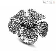 Bague en alliage avec strass blanc-noir FLEUR A CINQ PETALES Crystal Ring, Bracelet Watch, Gemstone Rings, Brooch, Gemstones, Crystals, Bracelets, Accessories, Jewelry