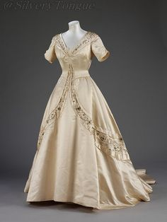 This wedding dress was designed by leading London fashion designer Norman Hartnell. - - This wedding dress was designed by leading London fashion designer Norman Hartnell. Norman Hartnell, Moda Vintage, Vintage Mode, Vintage Gowns, Vintage Outfits, 1950s Fashion, Vintage Fashion, London Fashion, Bridal Gowns