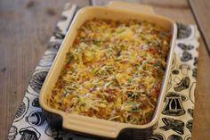 Omdat wij zo gek zijn op ovenschotels hebben we weer een ovenschotelrecept voor jullie, namelijk: een ovenschotel met gehakt, prei, puntpaprika en aardappeltjes. Tijd: 30-40 min. Recept voor 2 personen Benodigdheden: 5-6 aardappels 1 prei 1 puntpaprika 2 teentjes knoflook 1,5 eetlepel bloem 250 ml melk 50 gram kaas verse bieslook 1 theelepel paprikapoeder 1/4...Lees Meer »