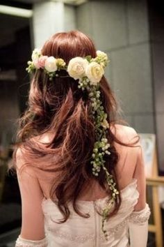 Wavy Hairstyle with Floral Crown. Dress Hairstyles, Bride Hairstyles, Floral Hair, Floral Crown, Wedding Images, Wedding Styles, Couleur Rose Pale, Hair Arrange, Hair Ornaments
