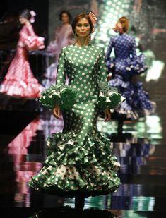 Lina ha presentado su colección «Miradas», con un guiño a las «majas» Francisco de Goya.  Raúl Doblado Flamenco Costume, Flamenco Dancers, Flamenco Dresses, Spanish Dress, Spanish Style, Tiffany Green, 2016 Fashion Trends, Spanish Fashion, Formal Wear