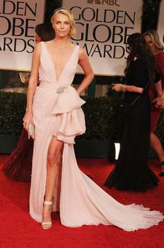 vestido asimetríco, con un llamativo roson grande