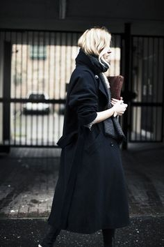 all black outfit black coat pants scarf street style Camille Over The Rainbow, Inspiration Mode, Mode Outfits, Looks Style, Mode Style, Look Fashion, Paris Fashion, Mens Fashion, Minimalist Fashion