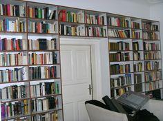 Heimbibliothek –Bücherregal KS-Weiß Kirschumleimer München  Wenn die heimische Bibliothek immer größer wird, lohnt ein wandfüllendes Regal. Dieses Exemplar wurde aus günstigem, kunststoffbeschichtetem Material und Kirschbaum-Umleimern gebaut. Um weiteren Stauraum zu gewinnen, wurde auch über die Tür gebaut. Ca. 1.410 € kostete diese Maßanfertigung.