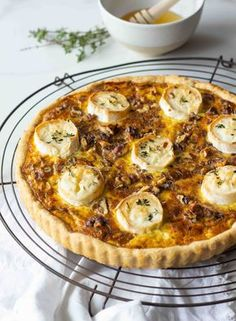 Tarte aux oignons, fromage de chèvre, miel & thym Onion, goat cheese, honey and thyme pate – Lady Coquillette – gourmet and creative cooking recipes Pizza Recipes, Meat Recipes, Vegetarian Recipes, Cooking Recipes, Healthy Recipes, Onion Tart, Onion Pie, Creative Food, Healthy Snacks