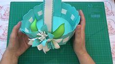 En este video hacemos una cesta en goma eva, decorada con unas flores sencillas. Los patrones están aqui : http://www.eltallerdelamarquesa.com/2017/03/cesta-...