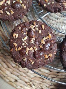 Suite au succès de mes cookies sans gluten sarrasin, noisettes et éclats de chocolat noir à la maison et aussi chez vous (je vous remercie pour vos nombreux retours sur Instagram :D), je vous propose comme moi de craquer pour la version tout choco qui nous a encore une fois trop régalé. Tout comme la version aux éclats de chocolat noir ces cookies sont juste délicieux ! Et en plus d'être sains et vegan, ils sont également sans gluten. Et tout comme les autres M. anti-healthy à la maison ...