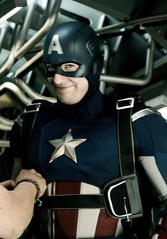 HAHHAHAHAHAHA @no way-Ève Doré What the face ?!?!!! HAHHAHHAHAH This is how I'll now imagine Cap'