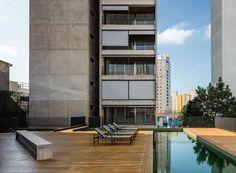 A piscina está localizada em terraço na cota mais elevada do térreo, nos fundos do lote, sobre a sala de ginástica e sauna