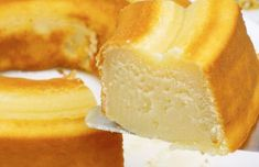 Portuguese Simple Moist Milk Cake Recipe - This simple to make Portuguese moist milk cake (bolo de leite humido) is economical and super delicious, great with a cup of coffee. Milk Recipes, Tart Recipes, Easy Cake Recipes, Dessert Recipes, Portuguese Desserts, Portuguese Recipes, Portuguese Food, Food Cakes, Milk Tart