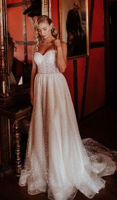 Ein Mädchentraum wird wahr, wenn man sich wie eine Prinzessin fühlt, weil das Brautkleid glitzert, wie von unzähligen Sternchen übersäht 🥰 ✨ Alle Bilder im Hochzeitskiste Blog! #braut #braut2021 #bräute #bräute2021 #brautstyling #brautkleid #brautkleid2021 #brautkleider #brautkleidsuche #brautkleidmalanders #weddingdress #prinzessinnenkleid #prinzessinnenkleider #prinzessinfüreinentag #traumkleid #traumkleider #elegantesbrautkleid Modern Vintage Weddings, Wedding Dress, Formal Dresses, Blog, Fashion, Crate, Bridle Dress, Nice Asses, Pictures
