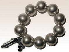 BRACELET LOUXOR Bracelet Césarée Paris  bijoux d'inspiration ethnique 1 rang sur élastique composé de boules de laiton et de 2 pampilles en métal finition argent vieilli.