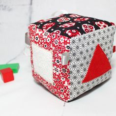 Cube Eveil Bébé Montessori Cube Eveil Tissu Cadeau par PopelineCo