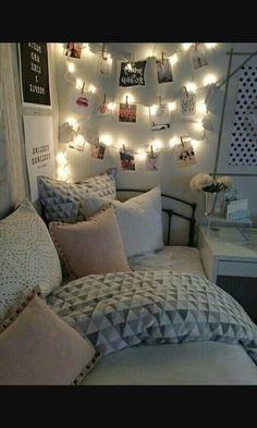 Je kan lichtjes gebruiken voor je kamer gezelliger te maken, maar door er foto's aan te hangen wordt het net iets persoonlijker. Samen met wat gekleurde kussentjes krijg je er super gezellige en toffe kamer. Het hoeft niet duur te zijn voor iets leuk te creëren. Proberen maar!