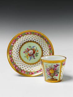 Königliche Porzellanmanufaktur Berlin KPM, Berlin, KPM, um 1810.Tasse mit Blumenstillleben, Auktion 1047 Berlin Auktion, Lot 115