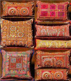яркие подушки с узорами