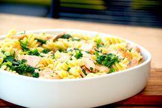God opskrift på laks med spinat, der vendes pasta og fløde i en lækker flødesovs. En forrygende lakseopskrift, som alle kan lide. Til laks med spinat til fire personer skal du bruge: 4 stykker laks på 150-175