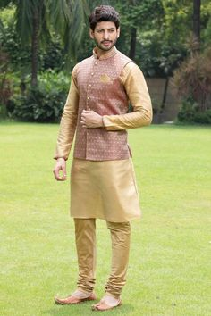 Get engaged with the stylish ethnic wear of manyavar. Buy the classic kurtas for men online from our wide ranges of engagement collections at the best price. Sherwani For Men Wedding, Wedding Dresses Men Indian, Indian Wedding Wear, Wedding Dress Men, Sherwani Groom, Wedding Attire, Mens Indian Wear, Mens Ethnic Wear, Indian Men Fashion