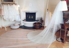❤Ny slør❤ Perfekt for en elegant og stilig deg😍 Velkommen til oss og prøve på nydelige brudekjoler og slør💙💛💜